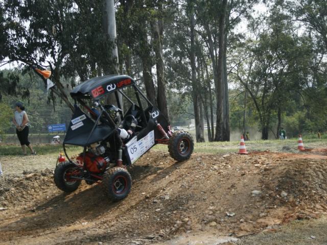 Estudantes de engenharia preparam seus carros para o Baja SAE BRASIL