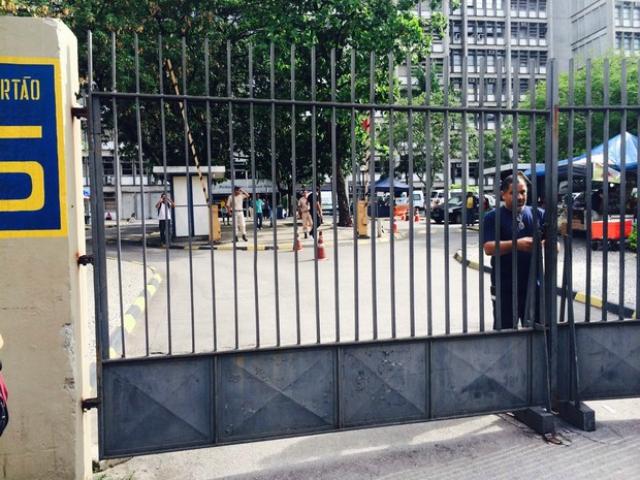 Uerj permanece de portões fechados