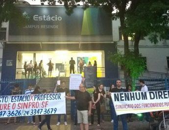 Demissão de professores dá origem a protestos entre alunos de universidade em Resende