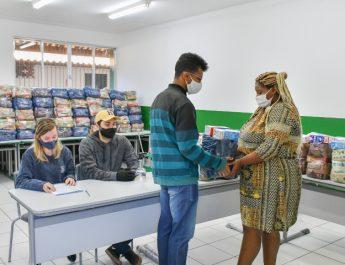 Estudantes de Porto Real recebem Kit de Segurança Alimentar